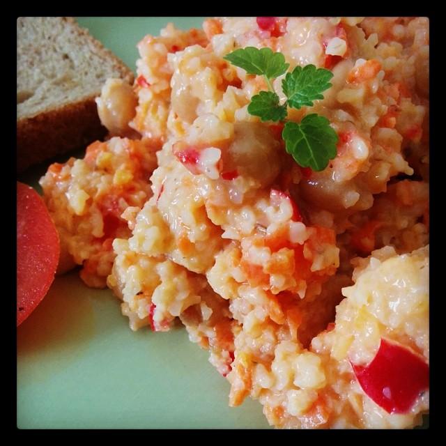 Wenn Babykeks bei den Großeltern ist, gibt es für uns Eltern leckeren Bulgur-Salat mit Kichererbsen, Hummus & Brot