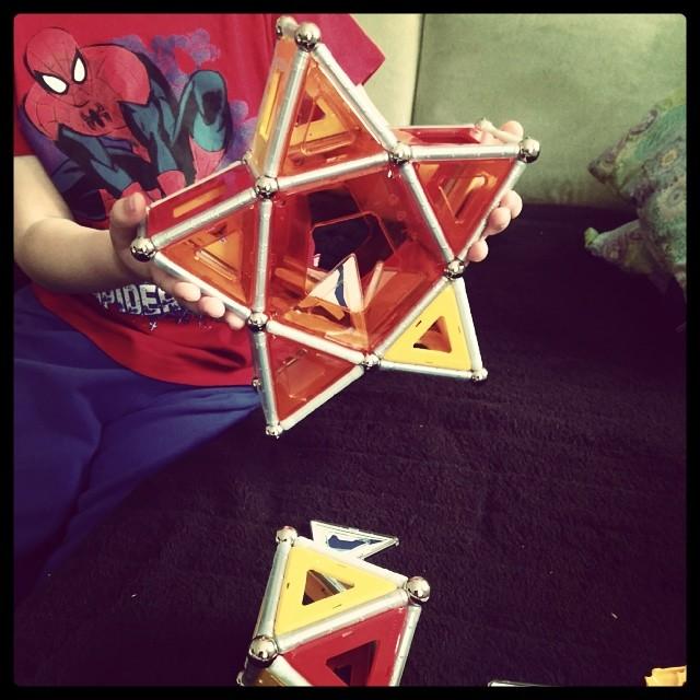 Geometrie steht hier gerade hoch im Kurs... Babykeks hat mehr Ideen als Teile zum Verbauen.