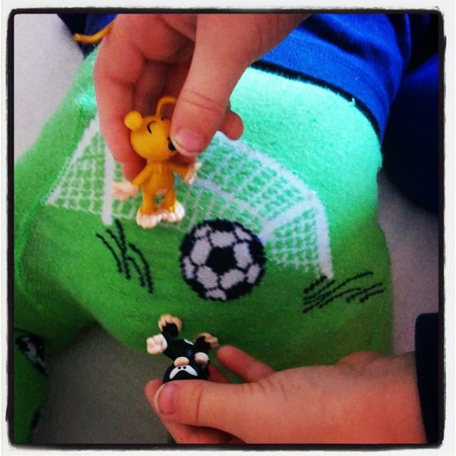 Marsupilami Fußball auf Babypopo. Große Abenteuer in der #Babykeks Familie - was man sonntags eben so tut als großer/kleiner Bruder... #latergram