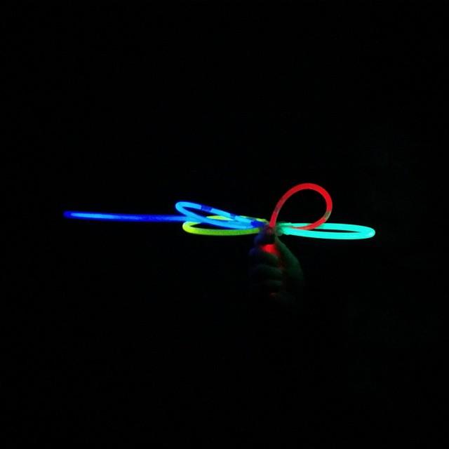 """Das Krank sein scheint #Babykeks """"Nacht-kreativ"""" zu machen. Heute ist es eine Wasserpistole aus Knicklichtern - er meldet das Patent an sobald er gesund ist... ;-) Gute Nacht euch allen! #nofilter #momblogger #Familie"""