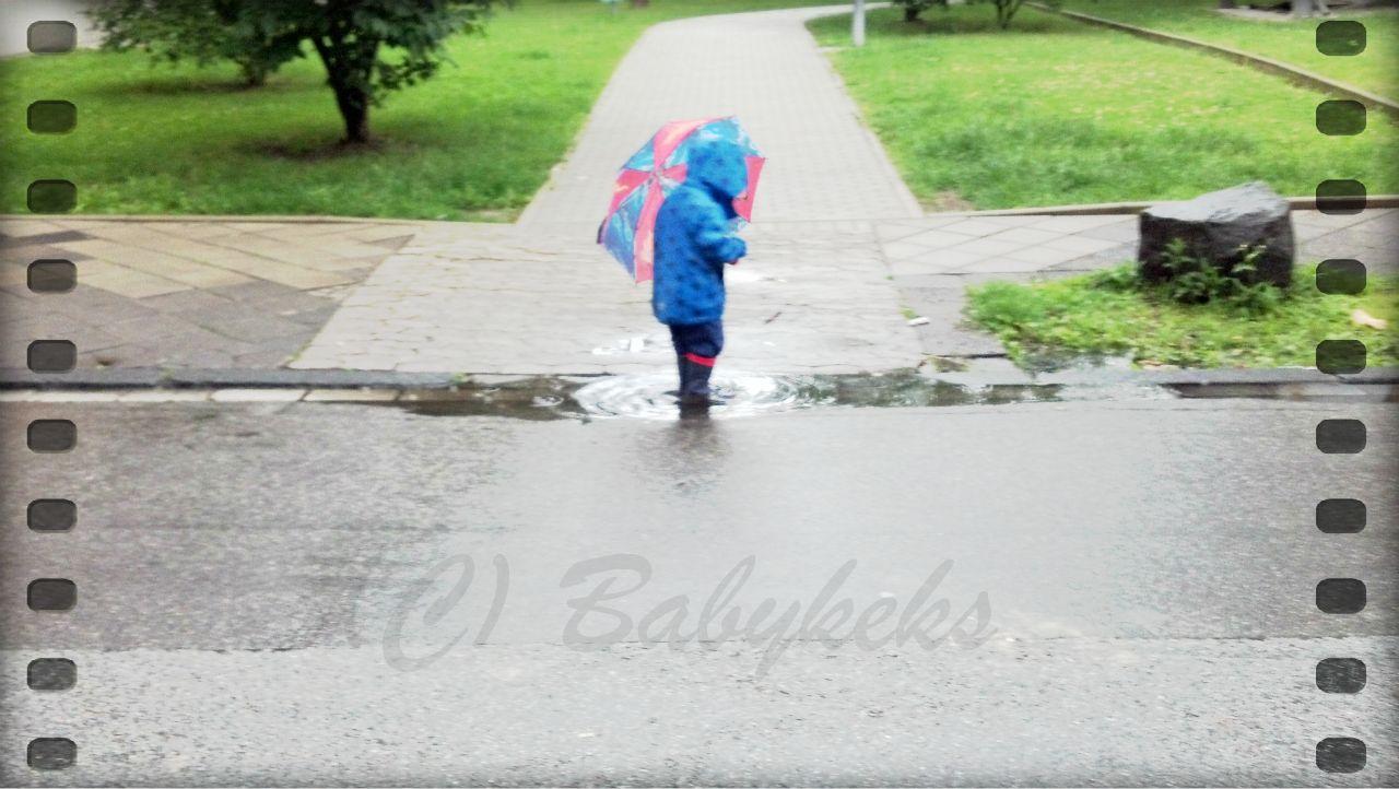 Babykeks beim Pfützenspringen