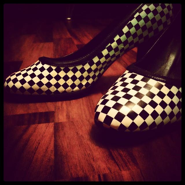 #Babykeks bezeichnet meine #Schuhe als Rennfahrer Schuhe weil sie wie die Zielflagge aussehen. Hatte ich beim Kauf damals gar nicht so beabsichtigt ;-) #Kinder sehen mehr als Erwachsene!!! #mafflumomente #oktoberobsession #schwarzaufweiß