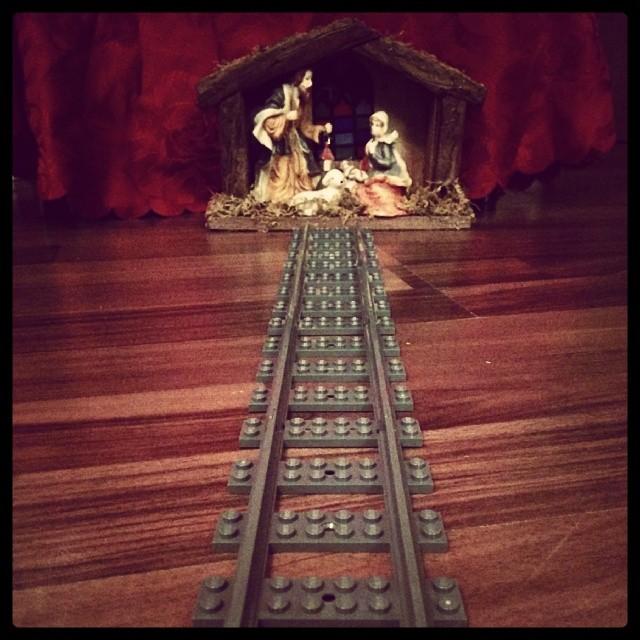Frohe Weihnachten euch allen. Hier wird schon heftigst bespielt. #Babykeks & der Liebste bauen Schienen auf & alle Wege führen heute zum Christkind :-)